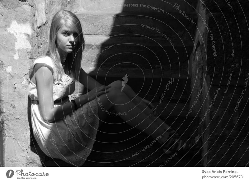 W/S elegant Stil feminin Junge Frau Jugendliche 1 Mensch Altstadt Mauer Wand Mode Kleid langhaarig sitzen dünn Gefühle Stimmung blond weiß ernst Traurigkeit