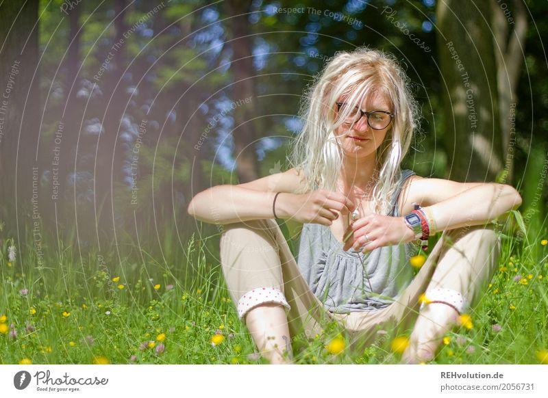 Jule | er liebt mich ... Stil Freizeit & Hobby Mensch feminin Junge Frau Jugendliche Erwachsene 1 18-30 Jahre Umwelt Natur Sommer Baum Blume Park Wiese Brille