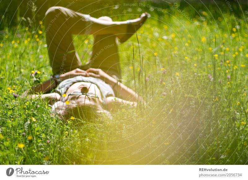 Jule | liegt auf der Sommerwiese Mensch Frau Natur Jugendliche Junge Frau grün Landschaft Blume Erholung ruhig Freude 18-30 Jahre Erwachsene Umwelt gelb