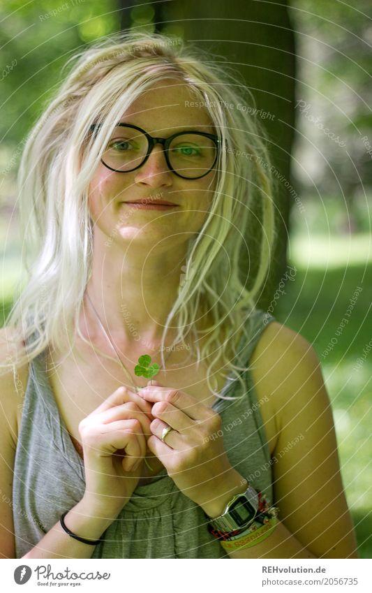 Jule | 4blättriges kleeblatt Mensch Frau Natur Jugendliche Junge Frau grün Baum Freude 18-30 Jahre Gesicht Erwachsene Glück außergewöhnlich Garten