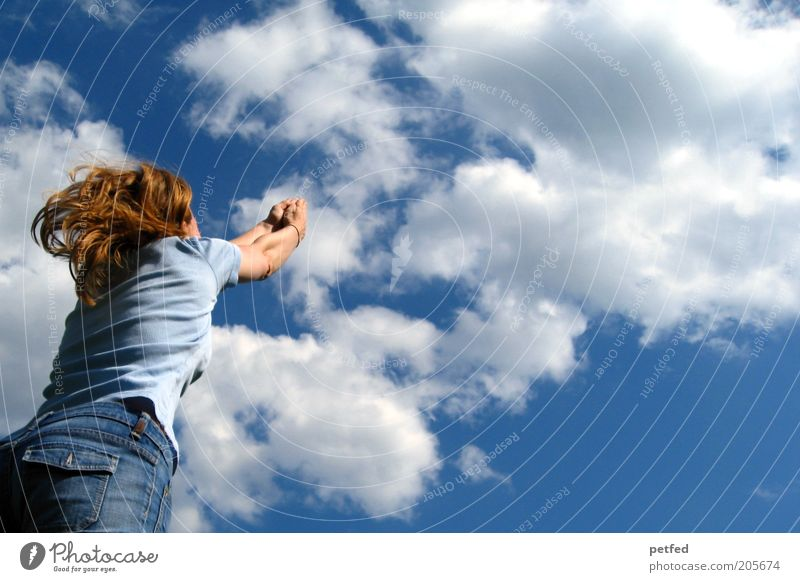Immer näher zu DIR Frau Himmel blau Wolken Freude Ferne Erwachsene feminin Freiheit Glück springen frei Fröhlichkeit Lebensfreude langhaarig Mensch