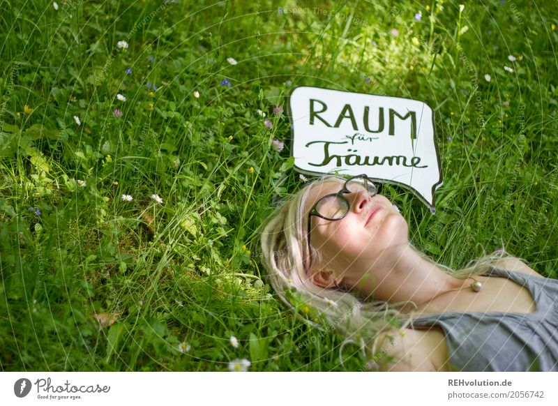 Jule   Raum für Träume Mensch feminin Junge Frau Jugendliche Erwachsene Gesicht 1 18-30 Jahre Umwelt Natur Gras Park Wiese Brille Schriftzeichen