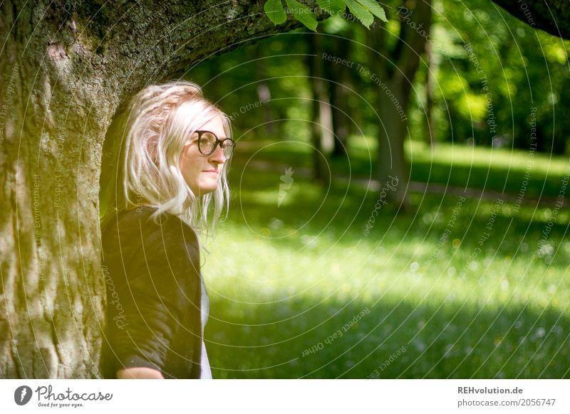Jule | am Baum Mensch feminin Junge Frau Jugendliche Erwachsene Gesicht 1 18-30 Jahre Umwelt Natur Park Wiese Brille blond langhaarig Rastalocken Denken