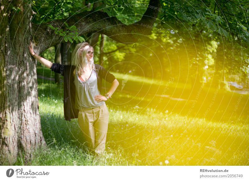 Jule | Baum Frau Mensch Natur Jugendliche Junge Frau Sommer grün Landschaft Erholung 18-30 Jahre Erwachsene gelb Lifestyle Umwelt Wiese