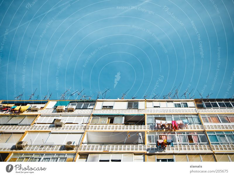 empfangsstation Himmel Schönes Wetter bevölkert Haus Hochhaus Gebäude Plattenbau Fassade Balkon Dach Antenne Armut einzigartig blau Leben bewohnt Malaga Spanien