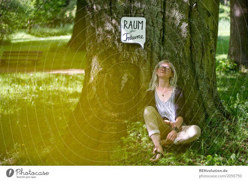 Jule   Raum für Träume Stil Ferien & Urlaub & Reisen Mensch feminin Junge Frau Jugendliche 1 18-30 Jahre Erwachsene Umwelt Natur Baum Park Wiese