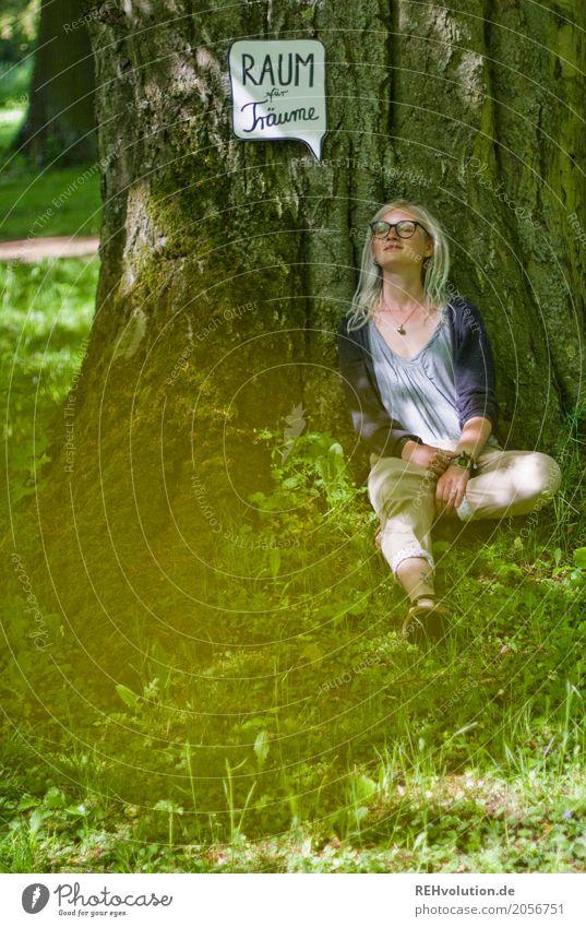 Jule   Raum für Träume Lifestyle Mensch feminin Junge Frau Jugendliche 1 18-30 Jahre Erwachsene Umwelt Natur Landschaft Sommer Baum Garten Park Wiese Brille