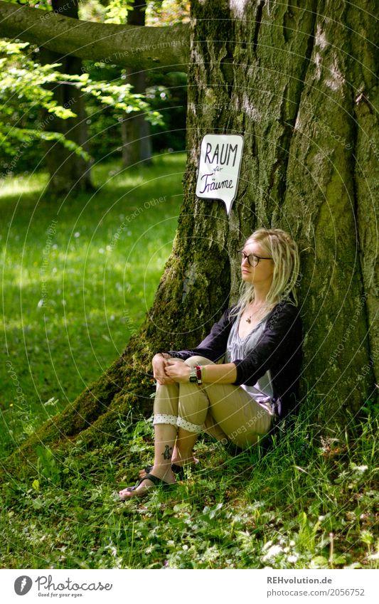 Jule | Junge Frau mit Sprechblase am Baum sitzend Mensch Natur Jugendliche Sommer grün Erholung 18-30 Jahre Erwachsene Umwelt Wiese feminin Haare & Frisuren
