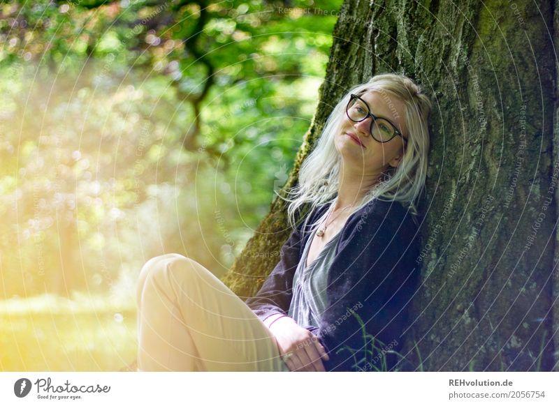 Jule | verträumt Lifestyle Stil Wohlgefühl Zufriedenheit Erholung ruhig Mensch feminin Junge Frau Erwachsene Jugendliche 1 18-30 Jahre Umwelt Natur Baum Park
