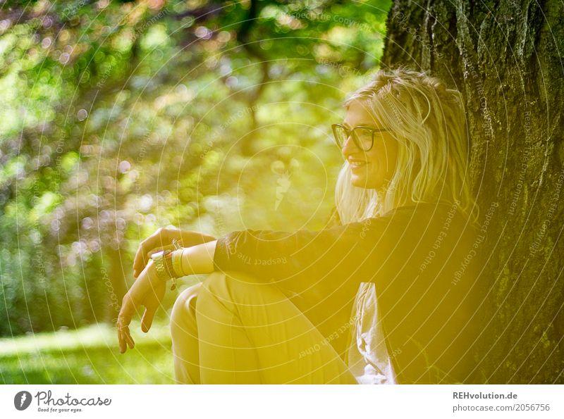 Jule | am baum Stil Haare & Frisuren Gesicht Ausflug feminin Junge Frau Jugendliche Erwachsene 1 Mensch 18-30 Jahre Umwelt Natur Sommer Baum Garten Park Brille