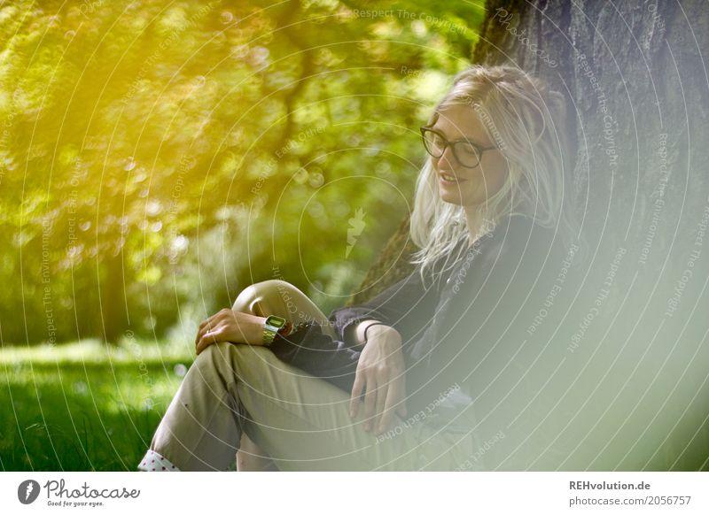 Jule | macht Pause Mensch feminin Junge Frau Jugendliche Erwachsene 1 18-30 Jahre Umwelt Natur Baum Garten Park Wiese Brille Rastalocken Erholung Lächeln sitzen