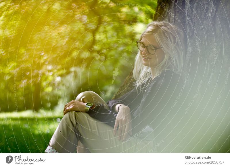 Jule | macht Pause Mensch Frau Natur Jugendliche Junge Frau grün Baum Erholung ruhig 18-30 Jahre Erwachsene Umwelt Wiese natürlich feminin außergewöhnlich