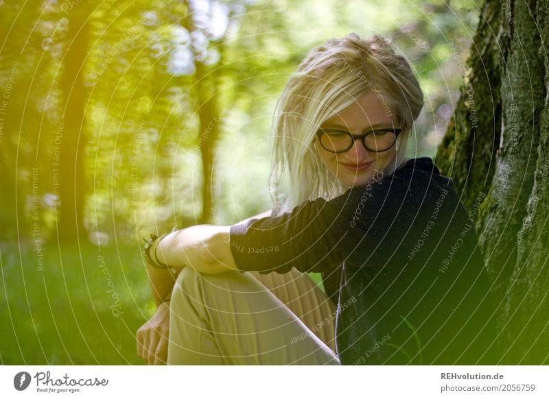 Jule |am Baum Mensch feminin Junge Frau Jugendliche Erwachsene Haare & Frisuren Gesicht 1 18-30 Jahre Umwelt Natur Sommer Park Wiese Brille blond Rastalocken