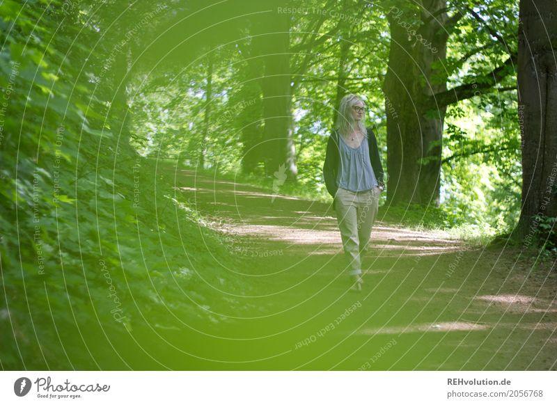 Jule   unterwegs Stil Sommer Mensch feminin Junge Frau Jugendliche Erwachsene 1 18-30 Jahre Umwelt Natur Pflanze Baum Park Wege & Pfade Denken Erholung gehen