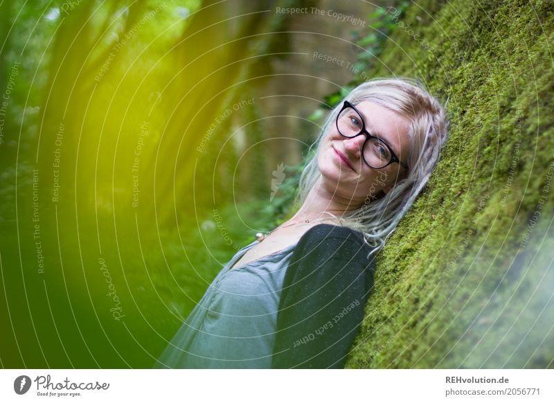 Jule | und das Moos Stil Wohlgefühl Zufriedenheit Erholung ruhig Mensch feminin Junge Frau Jugendliche Erwachsene Gesicht 1 18-30 Jahre Umwelt Natur Brille