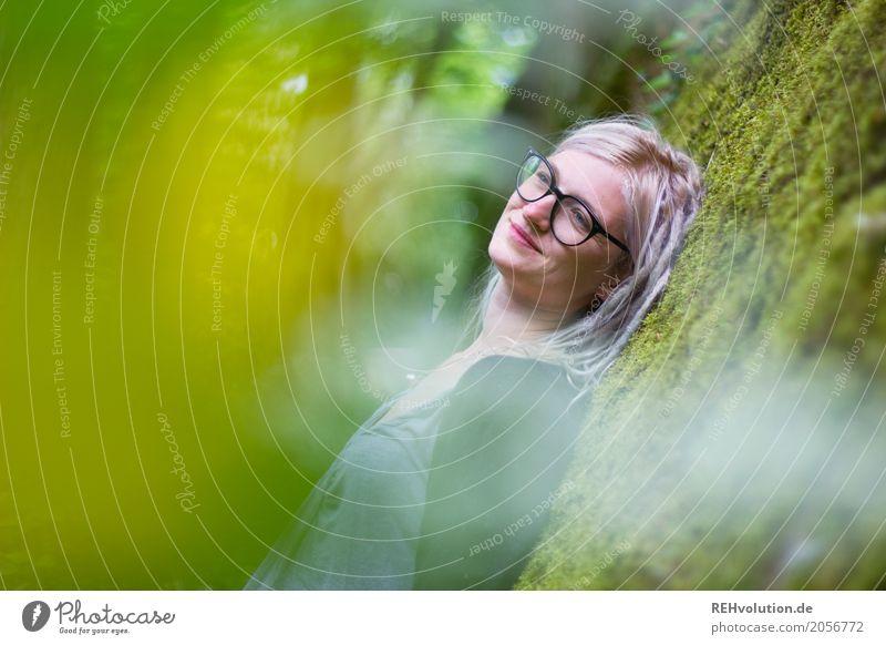 Jule | verträumt Mensch Junge Frau Jugendliche Erwachsene Haare & Frisuren 1 18-30 Jahre Umwelt Natur Moos Mauer Wand Brille genießen Lächeln träumen warten
