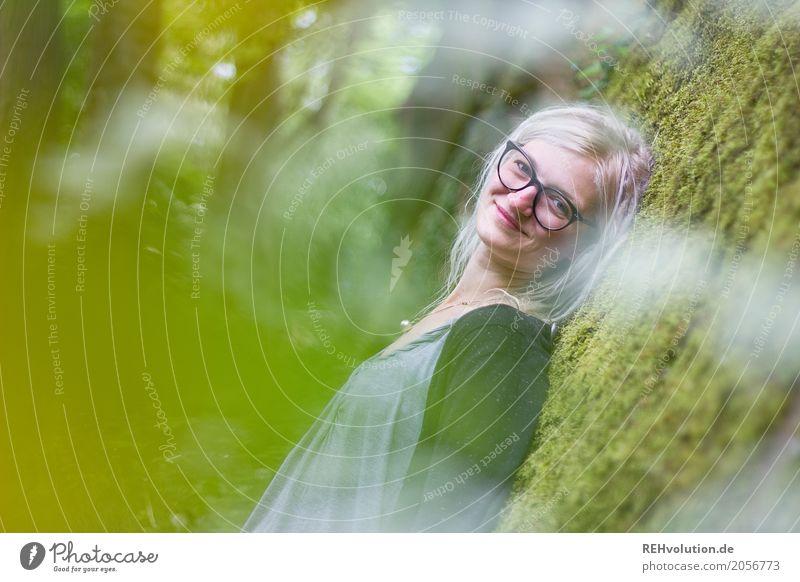 Jule | und das Moos Stil Mensch feminin Junge Frau Jugendliche Erwachsene 1 18-30 Jahre Umwelt Natur Schönes Wetter Pflanze Brille blond Rastalocken Erholung