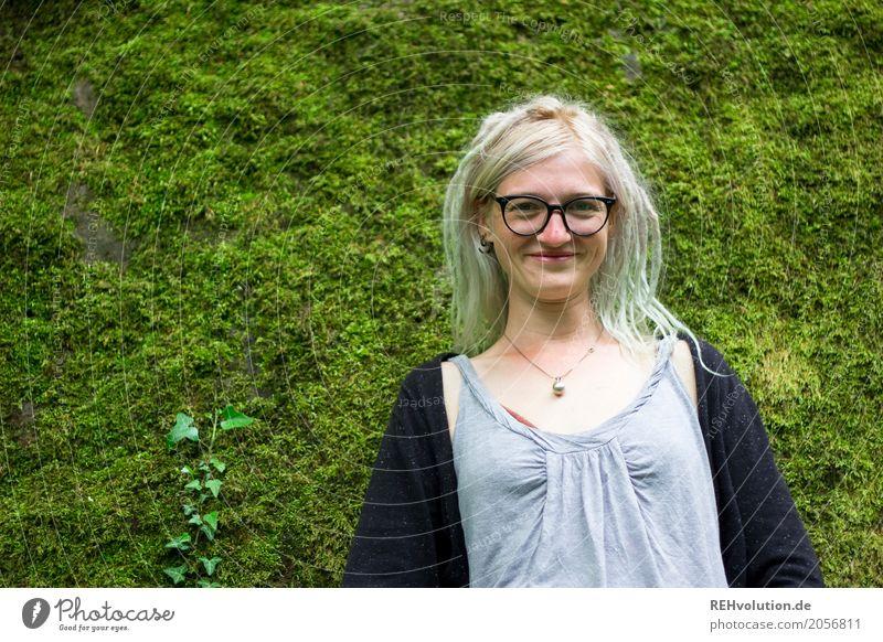 Jule | Mooswand Lifestyle Stil Mensch feminin Junge Frau Jugendliche Erwachsene 1 18-30 Jahre Umwelt Natur Haare & Frisuren blond langhaarig Rastalocken Lächeln