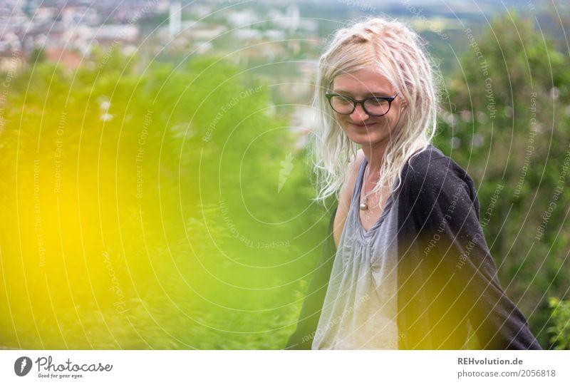Jule | ganz oben Mensch Natur Jugendliche Stadt Landschaft Baum Haus Freude 18-30 Jahre Erwachsene gelb Lifestyle natürlich feminin Stil Glück