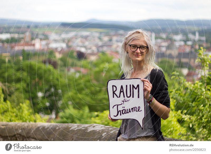 Jule  Raum für Träume Stil Mensch feminin Junge Frau Jugendliche Gesicht 1 18-30 Jahre Erwachsene Kleinstadt Stadt Brille blond Rastalocken Schriftzeichen