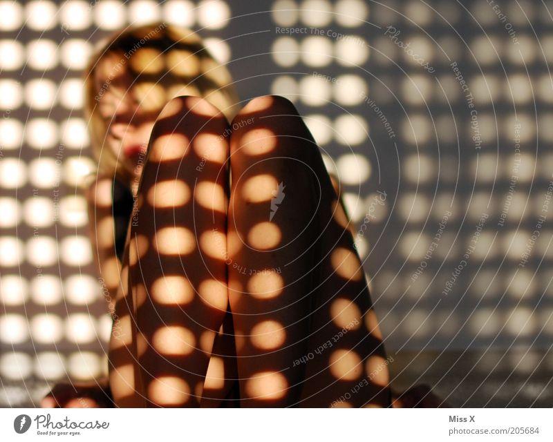 Guten Morgen feminin Junge Frau Jugendliche Beine 1 Mensch 18-30 Jahre Erwachsene Sonnenlicht liegen träumen Traurigkeit Punkt Farbfoto Innenaufnahme Muster