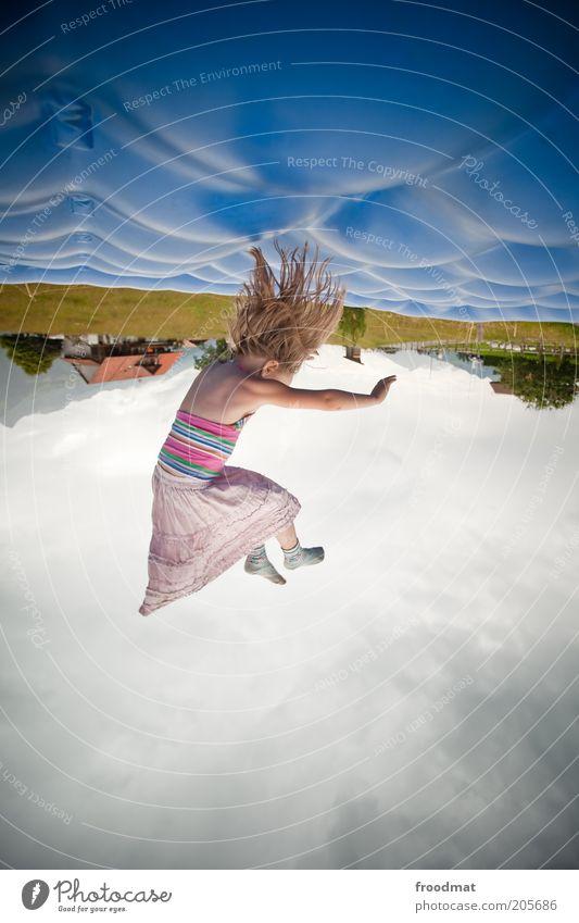 kopfkissen Mensch Kind Himmel blau Mädchen Freude Bewegung Haare & Frisuren Glück springen Kindheit Zufriedenheit blond Freizeit & Hobby fliegen wild