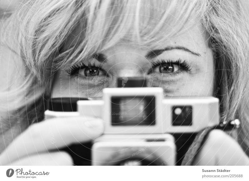 Achtung Photo!Suse! Frau Jugendliche Freude Gesicht Auge feminin Haare & Frisuren Kopf blond Erwachsene Finger Lomografie Fotokamera beobachten analog