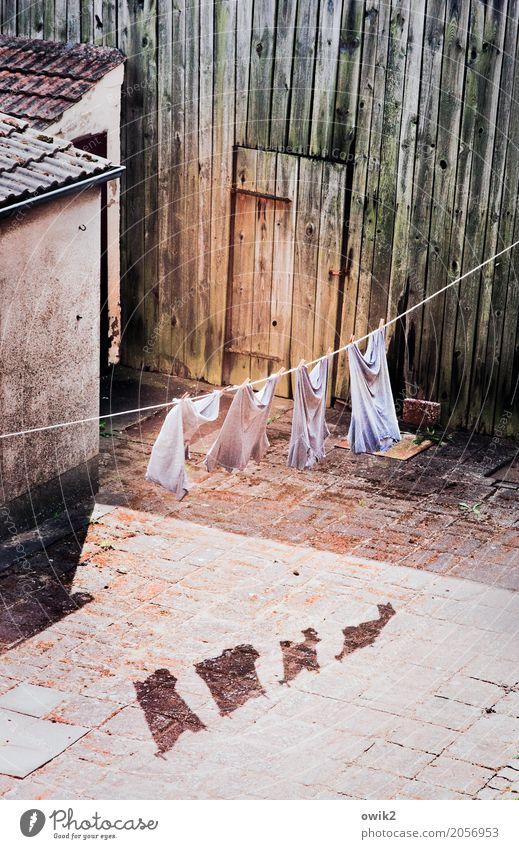 Bald trocken Gebäude Wäscheleine Hemd Scheune Holzwand Mauer Wand Fassade Tür Bewegung hängen alt Zusammensein lustig Sauberkeit geduldig ruhig Idylle