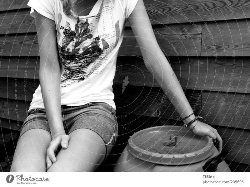 Milena Mensch Jugendliche Sommer ruhig Erholung feminin Holz Beine Arme sitzen T-Shirt Jeanshose Junge Frau Shorts Frau Holzwand