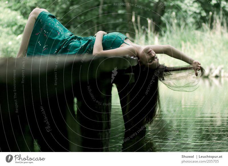 nun ... Natur Jugendliche Wasser grün Sommer ruhig Erwachsene Erholung feminin Spielen Gefühle Holz Haare & Frisuren Glück träumen