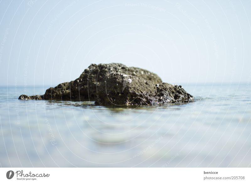 Fels in Brandung Wasser Himmel Meer blau Sommer Stein See Horizont Felsen Oberfläche Miniatur Wasseroberfläche