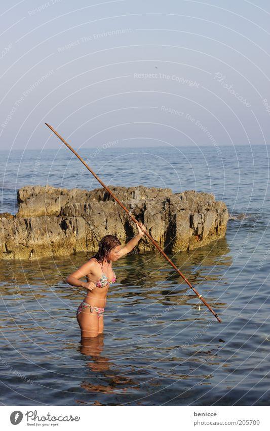 castaway Frau Mensch Insel Strand Jagd Wurfspieß Speer Bikini Küste Stock Sommer Ferien & Urlaub & Reisen Überleben attraktiv Überlebenskampf Angeln werfen