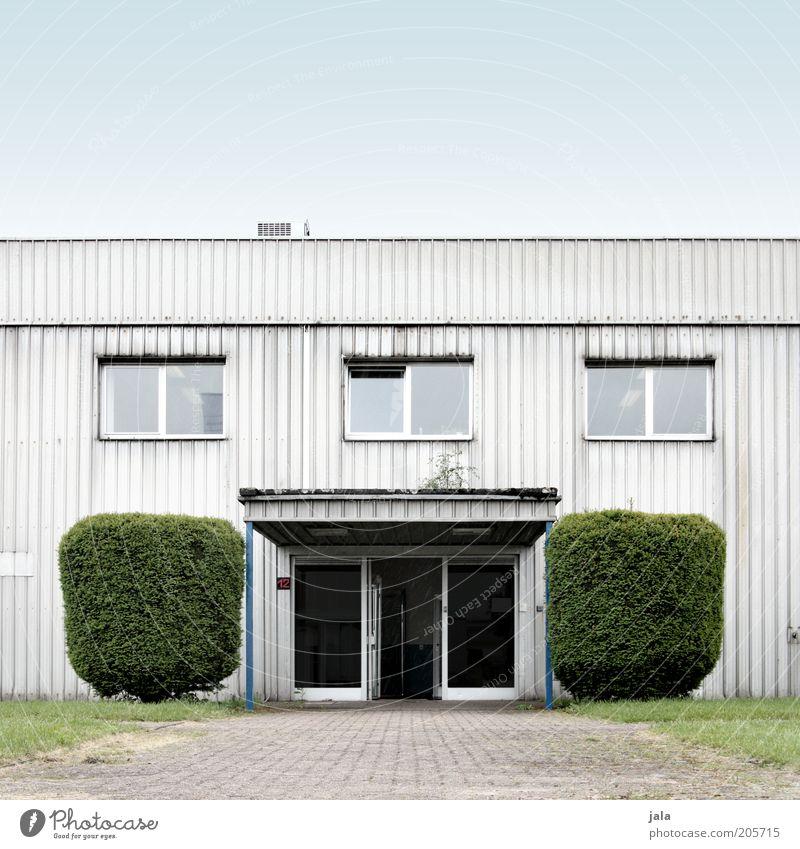 eingang Arbeitsplatz Unternehmen Himmel Pflanze Sträucher Grünpflanze Haus Fabrik Bauwerk Gebäude Fassade Fenster Tür Wege & Pfade trist blau grau grün