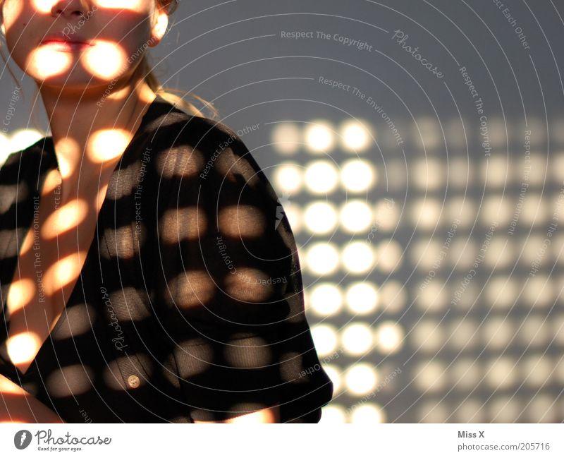 Im Morgenlicht Mensch Jugendliche schön Sonne schwarz Erwachsene dunkel feminin hell Junge Frau 18-30 Jahre T-Shirt Punkt Brust Frau Muster