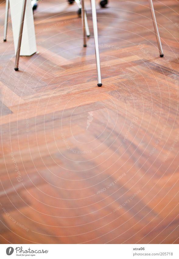büro einfach Boden Bodenbelag Parkett Stuhlbein tischbein Farbfoto Innenaufnahme Textfreiraum unten Textfreiraum Mitte Metall Holz braun Holzfußboden Laminat