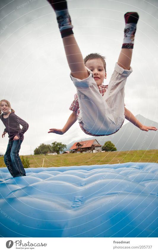 fallin up Mensch Kind blau Mädchen Freude Landschaft Junge Freiheit Bewegung Glück springen Kindheit frei verrückt Fröhlichkeit authentisch