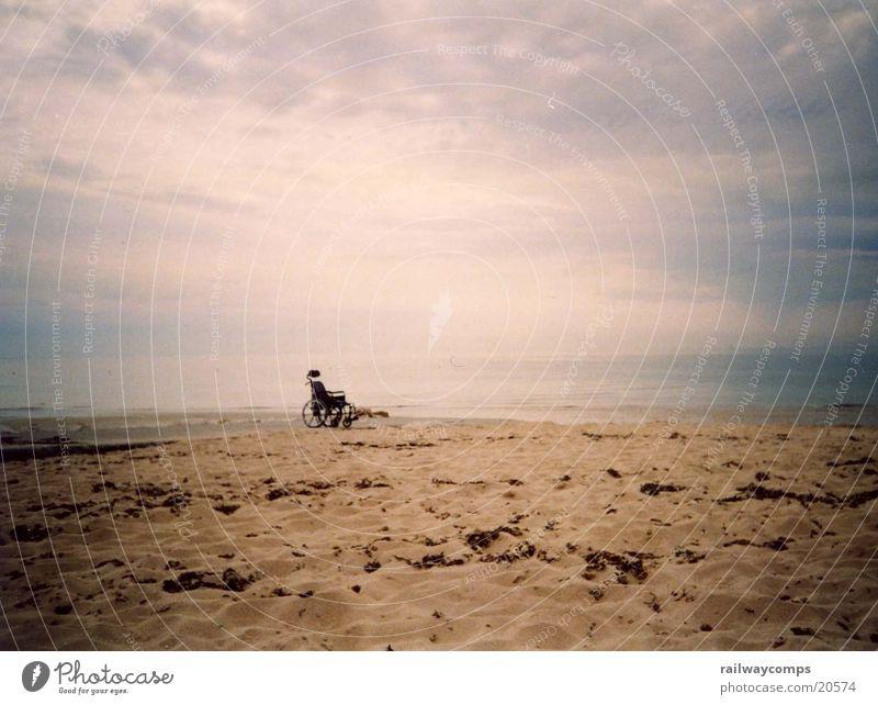 Wege in die Freiheit Rollstuhl Strand Meer Atlantik Frankreich Wolken Sandstrand Ferien & Urlaub & Reisen entkommen gehen Hallo Trauer Verzweiflung Vertrauen