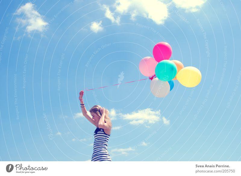 spielspaß. Freude Glück feminin Junge Frau Jugendliche 1 Mensch Wolken blond langhaarig Luftballon festhalten Lächeln leuchten außergewöhnlich dünn blau