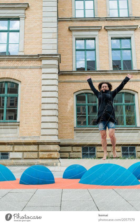 AST 10 | So-groß-Sprung Mensch Frau blau Stadt Freude Erwachsene Leben Lifestyle feminin Spielen Glück außergewöhnlich Freiheit Fassade Freizeit & Hobby