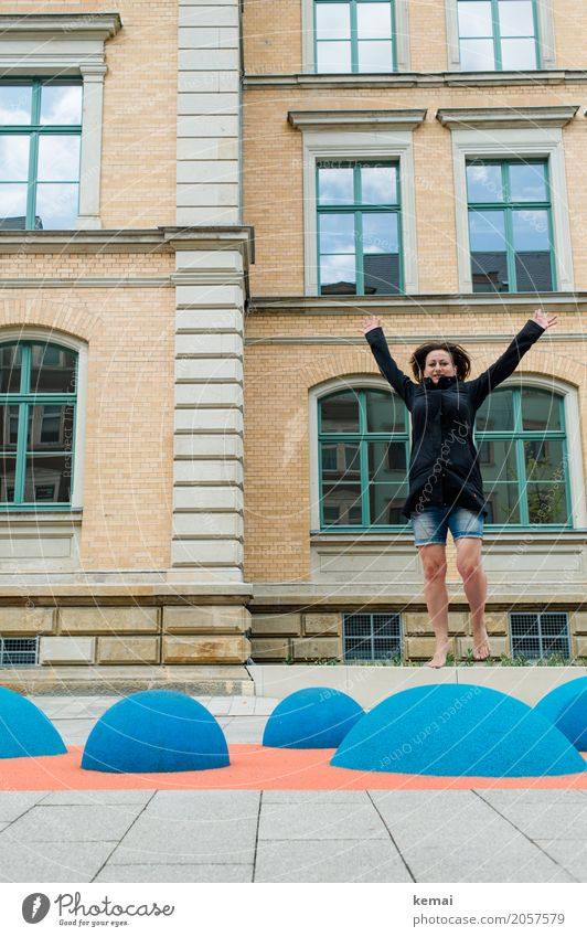 Frau hüpft auf blauen Gummihügeln barfuss in die Luft mit ausgestreckten Armen Lifestyle Leben Wohlgefühl Freizeit & Hobby Spielen Freiheit Städtereise Mensch