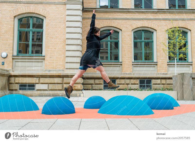 AST 10 | Siebenmeilenstiefelsprung Lifestyle Leben Freizeit & Hobby Spielen Ausflug Freiheit Städtereise Mensch feminin Frau Erwachsene Stadt Haus Fassade