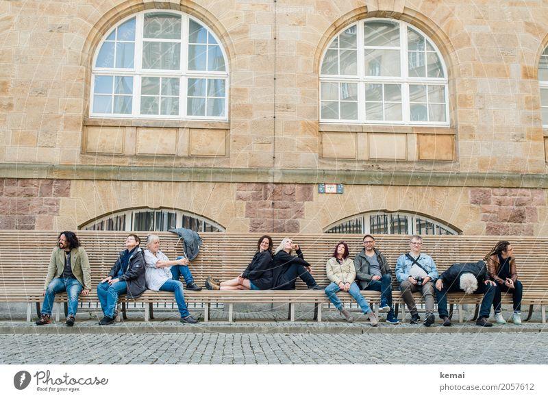AST10 | Äste und Zivis Mensch Erholung Haus ruhig Fenster Erwachsene Leben Wand Lifestyle lustig feminin Mauer Menschengruppe Fassade Zusammensein Freundschaft