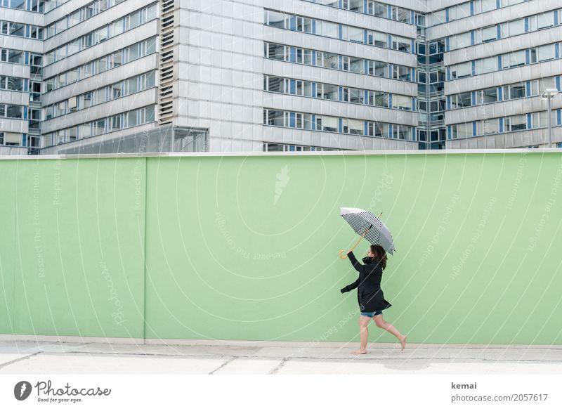 AST 10 | Spaziergang Mensch Frau Stadt grün Freude Erwachsene Leben Wand Lifestyle feminin Stil Mauer Freiheit Fassade Freizeit & Hobby Ausflug