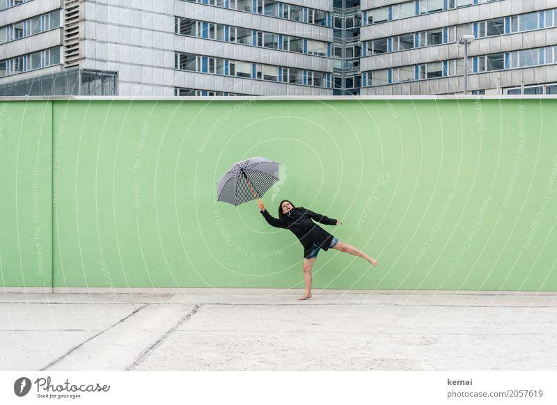 AST10 | Schirmherrin Frau Mensch Ferien & Urlaub & Reisen Stadt grün Freude Fenster Erwachsene Leben Lifestyle lustig feminin Spielen außergewöhnlich Freiheit