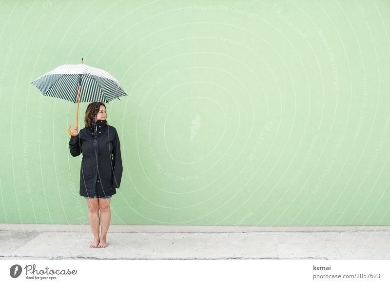 Frau mit Regenschirm vor grüner Wand Lifestyle Stil harmonisch Wohlgefühl Zufriedenheit Erholung ruhig Freizeit & Hobby Ferien & Urlaub & Reisen Ausflug