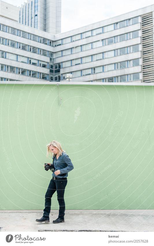 AST 10 | Fotografin Mensch Frau Ferien & Urlaub & Reisen Stadt grün Fenster Erwachsene Leben Lifestyle feminin Stil Freiheit Fassade gehen Freizeit & Hobby hell