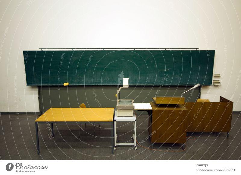 Setting Bildung Wissenschaften Schule lernen Klassenraum Tafel Berufsausbildung Studium Hörsaal Projektor Tisch Rednerpult Denken klug diszipliniert