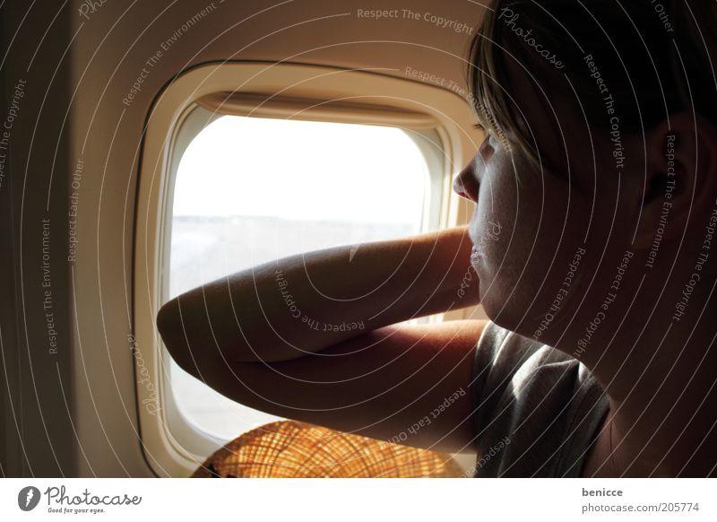 und abflug Frau Mensch Gesicht Ferien & Urlaub & Reisen Fenster Flugzeug fliegen sitzen Europa Luftverkehr beobachten Flughafen Pony Passagier Gelenk Anspannung