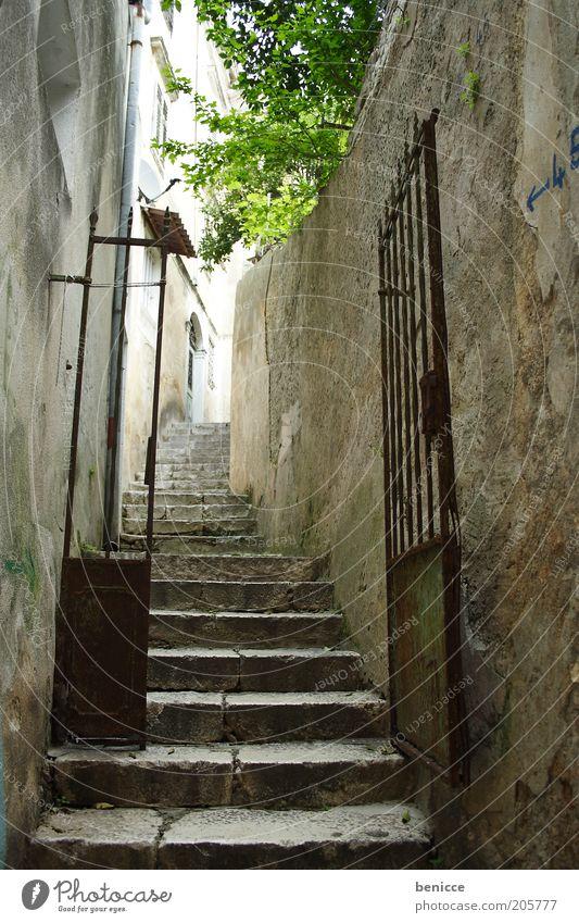 enge gasse Menschenleer Gasse Stadt Eingang alt Tor Eisentor Gitter Treppe aufsteigen Altstadt historisch Burg oder Schloss Angst geheimnisvoll Ziel Tag Europa