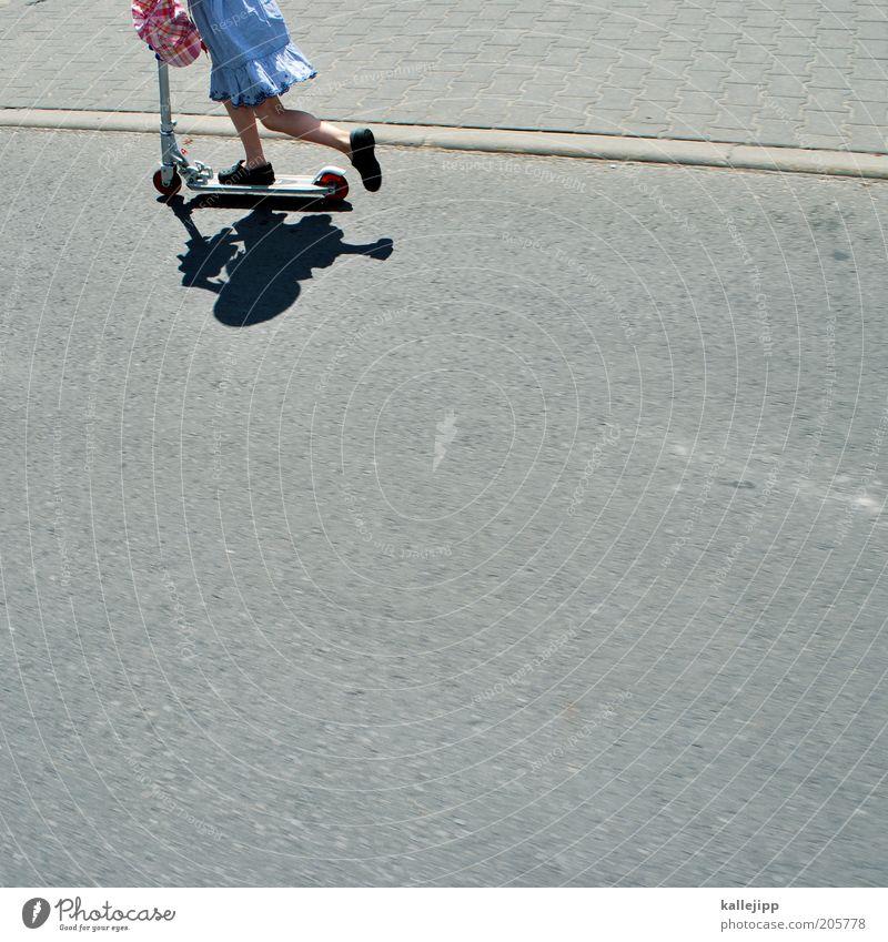 spielstrasse Freizeit & Hobby Spielen Kind Mädchen Beine Fuß 1 Mensch 3-8 Jahre Kindheit Verkehr Verkehrswege Straße Kleid Schuhe Bewegung Tretroller fahren